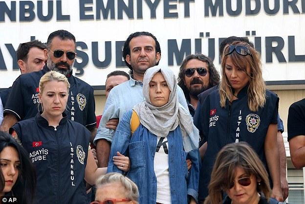Una delle giornaliste arrestate, Busra Erdal del quotidiano Zaman