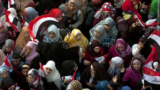 Donne in piazza durante la rivoluzione del 2011