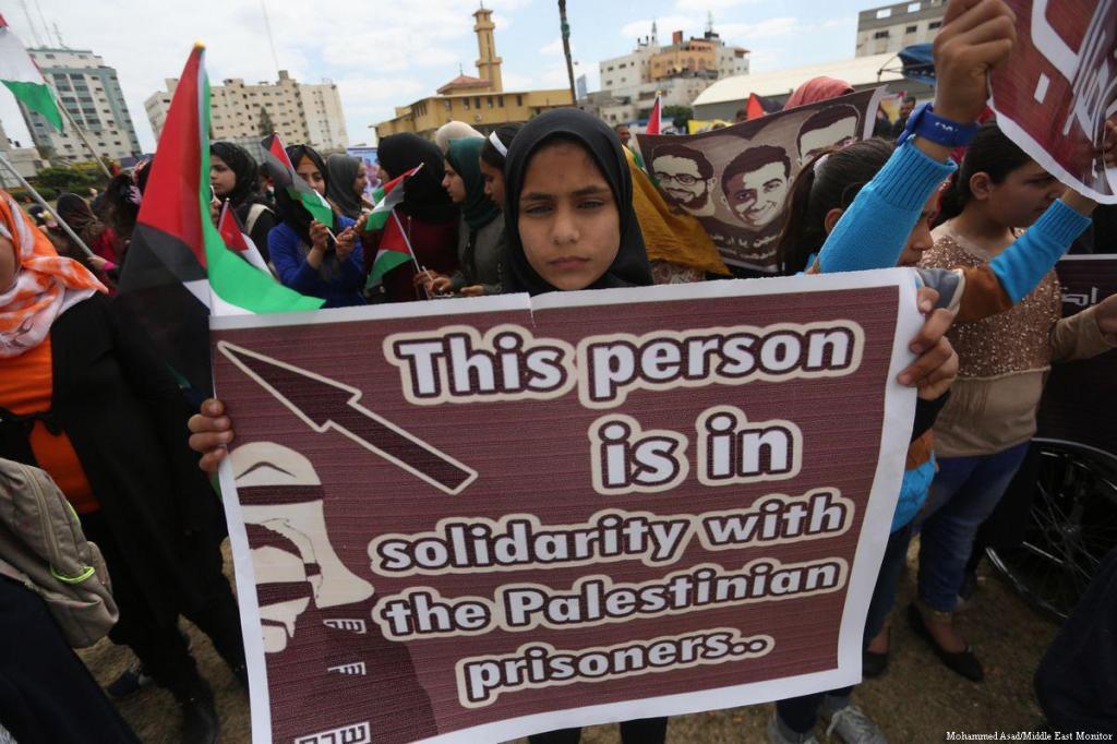 Manifestazione a Gaza in solidarietà con i prigionieri in sciopero della fame, 24 aprile 2017 (Foto: Mohammed Asad/Middle East Monitor)