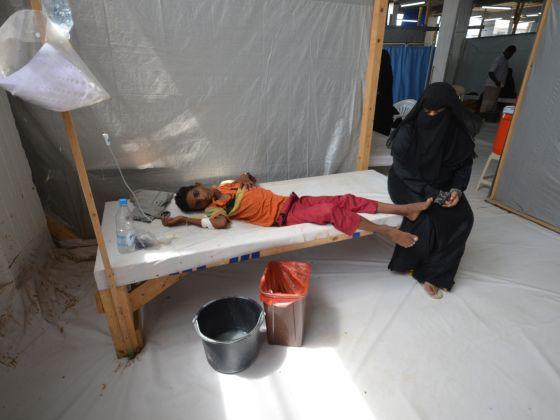 Donna vicina a suo figli infettato dal colera, Hodeidah. (Foto: Reuters)
