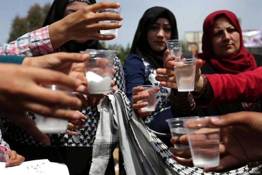 Palestinesi a Gaza bevono acqua e sale in solidarietà con i prigionieri (Foto: Ashraf Amra/Apaimages)