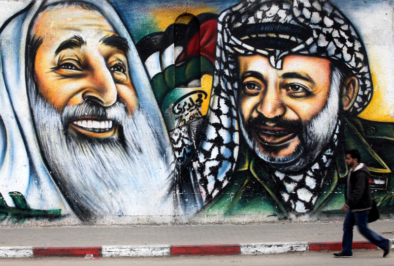 Un murales con i due fondatori di Hamas e Fatah  (Foto: Ashraf Amra APA images)