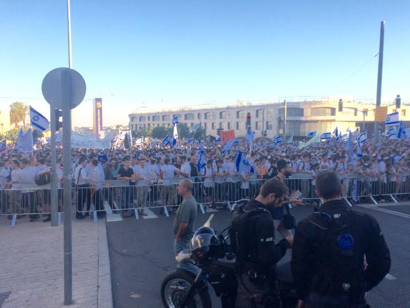 """Gerusalemme, 24 maggio 2017. Migliaia di nazionalisti israeliani celebrano l'anniversario della """"riunificazione"""" della città. (foto di Michele Giorgio)"""