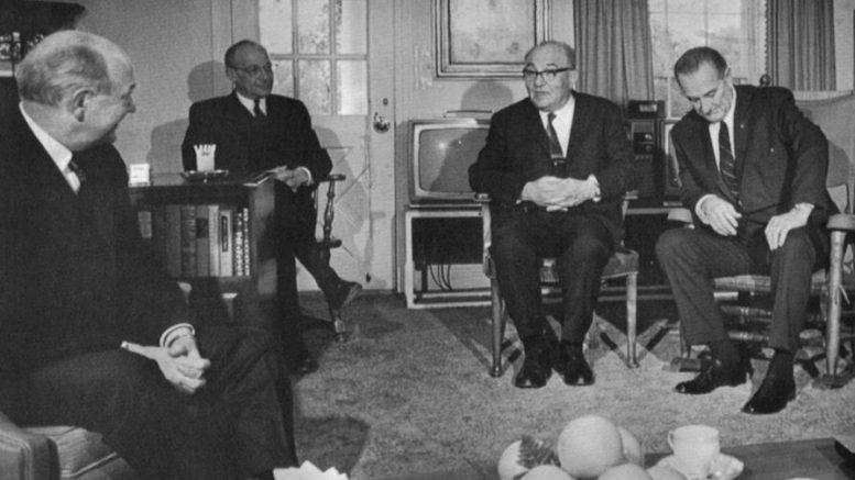 Il presidente americano Lyndon Johnson ascolta il primo ministro israeliano Levi Eskol (alla sua destra) e il Segretario di Stato Dean Rusk (all'estrema sinistra) in Texas, 8 gennaio 1968. (foto Ap)