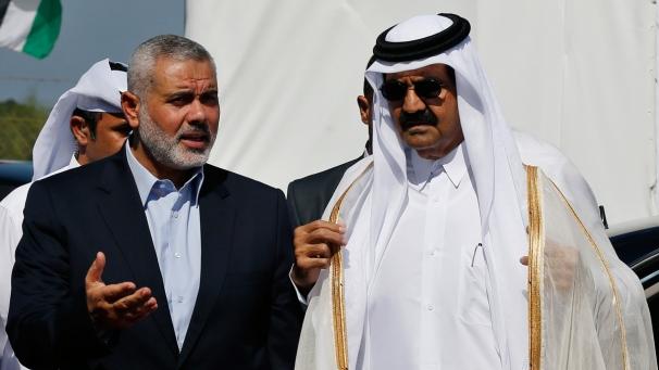 Il leader di Hamas Haniyeh insieme all'ex emiro del Qatar Sheikh Hamad Bin Khalifa Al-Thani
