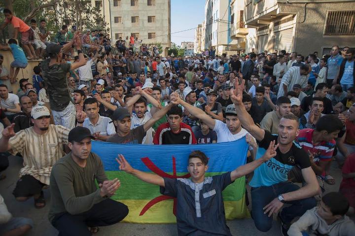 Manifestanti a al-Hoceima (Foto: Jalal Morchidi / Anadolu Agency)