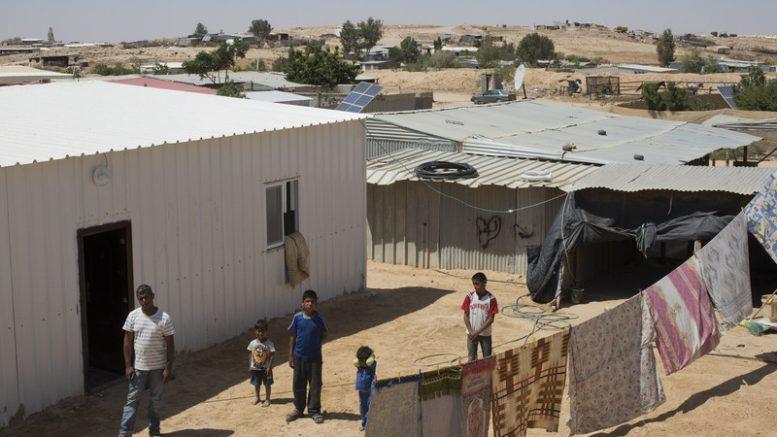 Il palestinese Ayad Adsan dopo avere ricevuto un ordine di demolizione in un villaggio del Neghev Bir-Hadaj, nel luglio del 2014