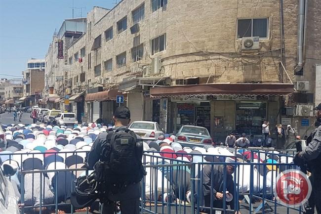 Fedeli musulmani pregano oggi nelle vicinanze della città vecchia. (Foto: Ma'an)