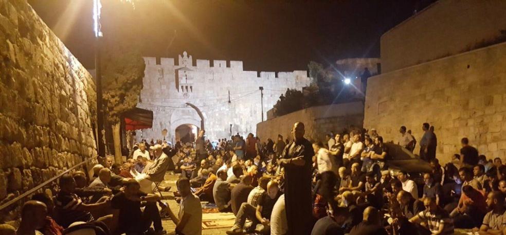 Preghiera di protesta nella città vecchia di Gerusalemme (Fonte: Twitter)