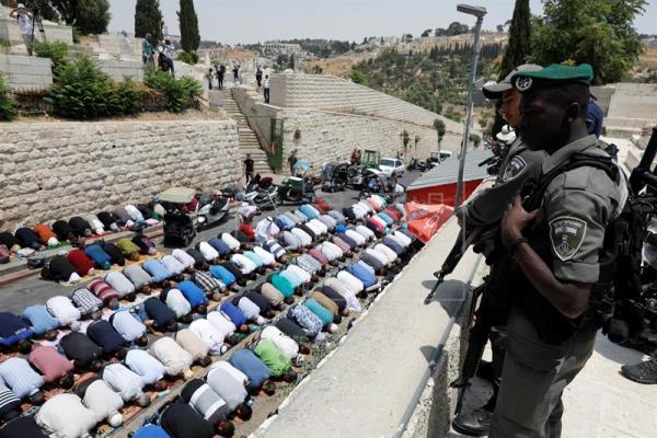 Fedeli palestinesi pregano fuori dalle mura della Città Vecchia in segno di protesta (Foto: Epa/Abir Sultan)