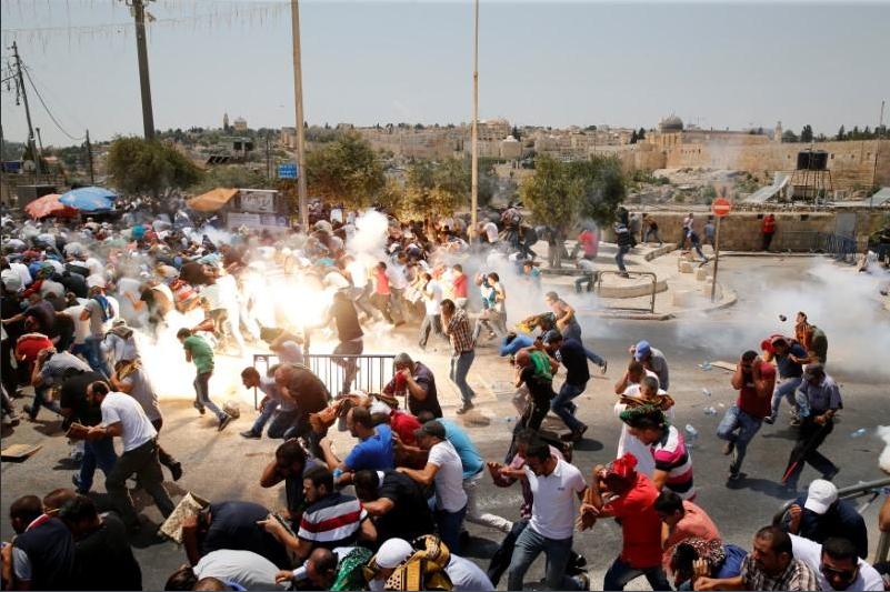 La folla palestinese attaccata con i gas alla Porta dei Leoni (Fonte: Twitter)