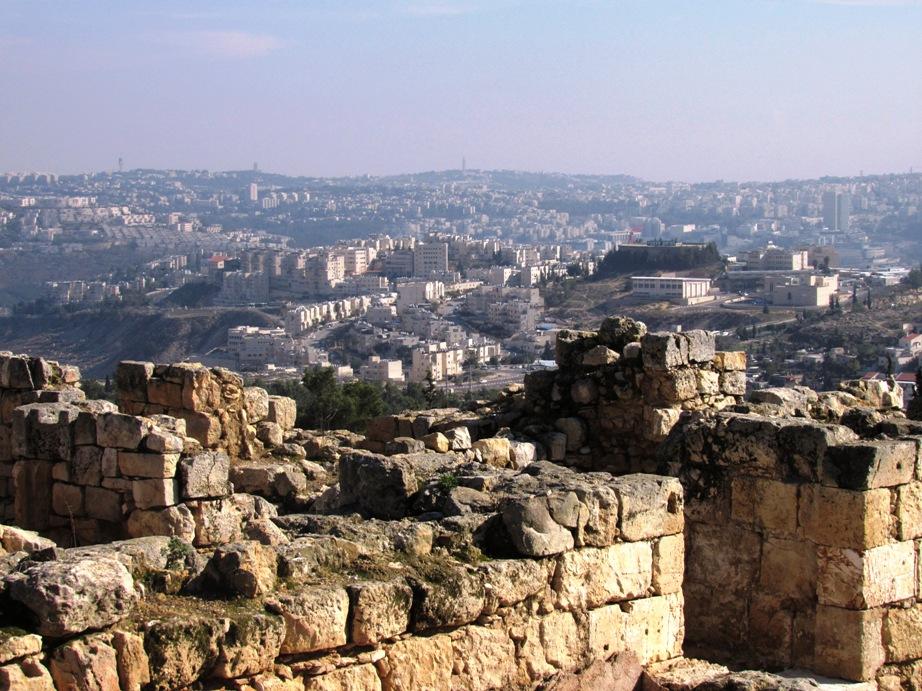 Nabi Samuel, sullo sfondo la colonia israeliana di Ramot (Foto: Nena News)