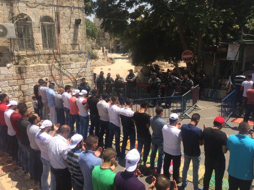 GERUSALEMME. Venerdì scoso 28 luglio, preghiera in strada alla Porta dei Leoni (foto Michele Giorgio)
