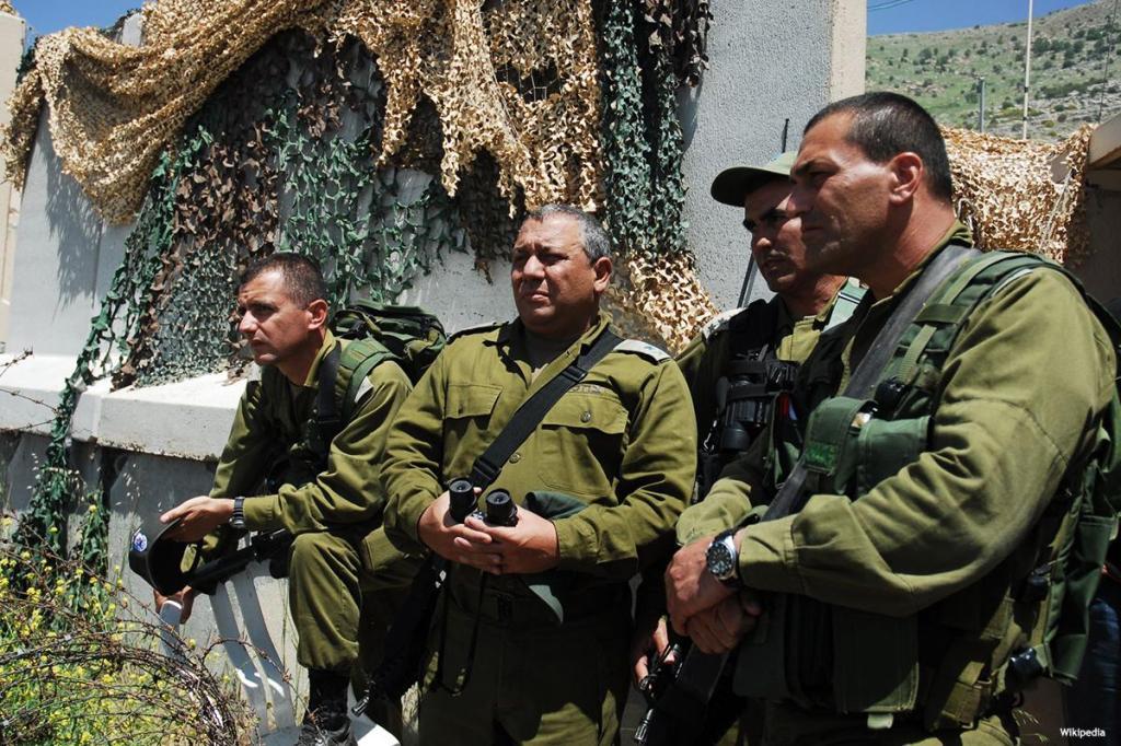 Il capo di stato maggiore Gadi Eisenkot (secondo da sinistra( assiste a manovre militari
