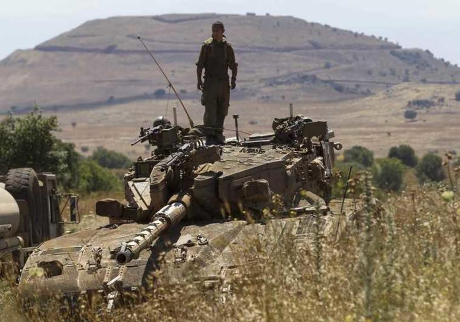 Un soldato israeliano al confine tra Siria e Israele. (Foto: Reuters)
