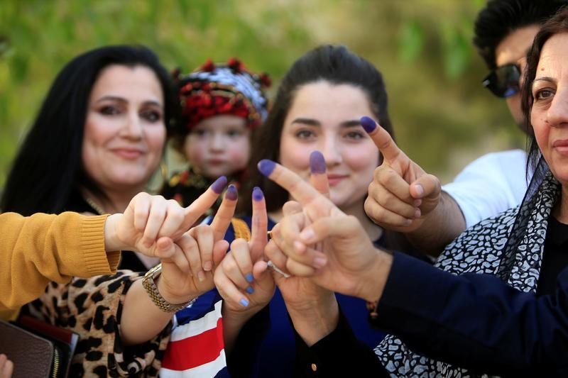 Donne di Suleymaniya mostrano di aver votato ieri al referendum (REUTERS/Alaa Al-Marjani)