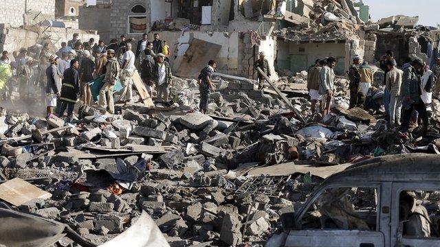 Effetti di un raid saudita in Yemen. (Fonte foto: sito della BBC)