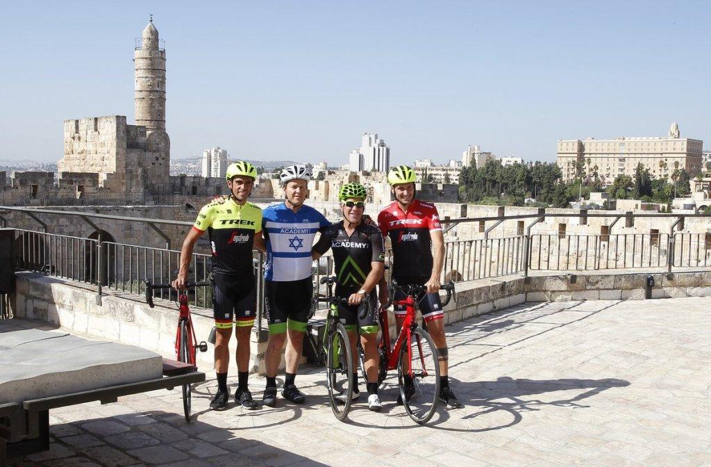 I ciclisti Basso e Contador a fianco del sindaco di Gerusalemme Nir Barkat e Sylvan Adams, il presidente del Giro101. (Fonte foto: account ufficiale Twitter del Giro d'Italia)