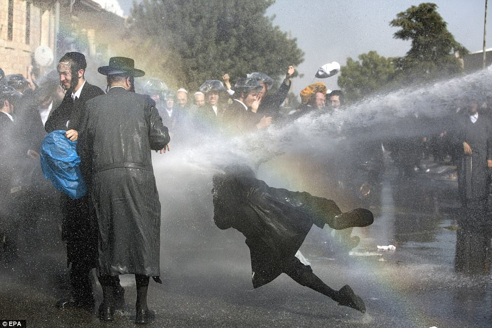 Cannoni ad acqua contro i manifestanti ultraortodossi. (Foto: Ronen Zvulun/Reuters)