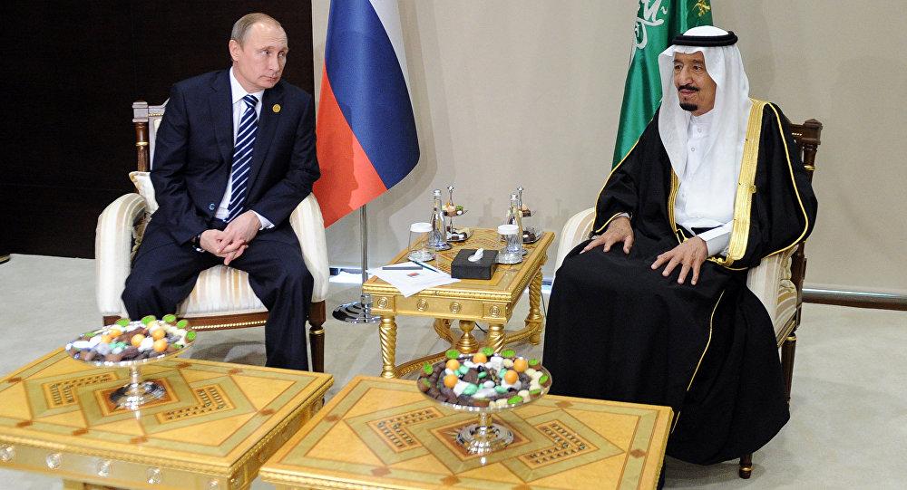 Il presidente russo Putin (a sinistra) insieme al re saudita Salman ieri. (Fonte foto: Sputnik)