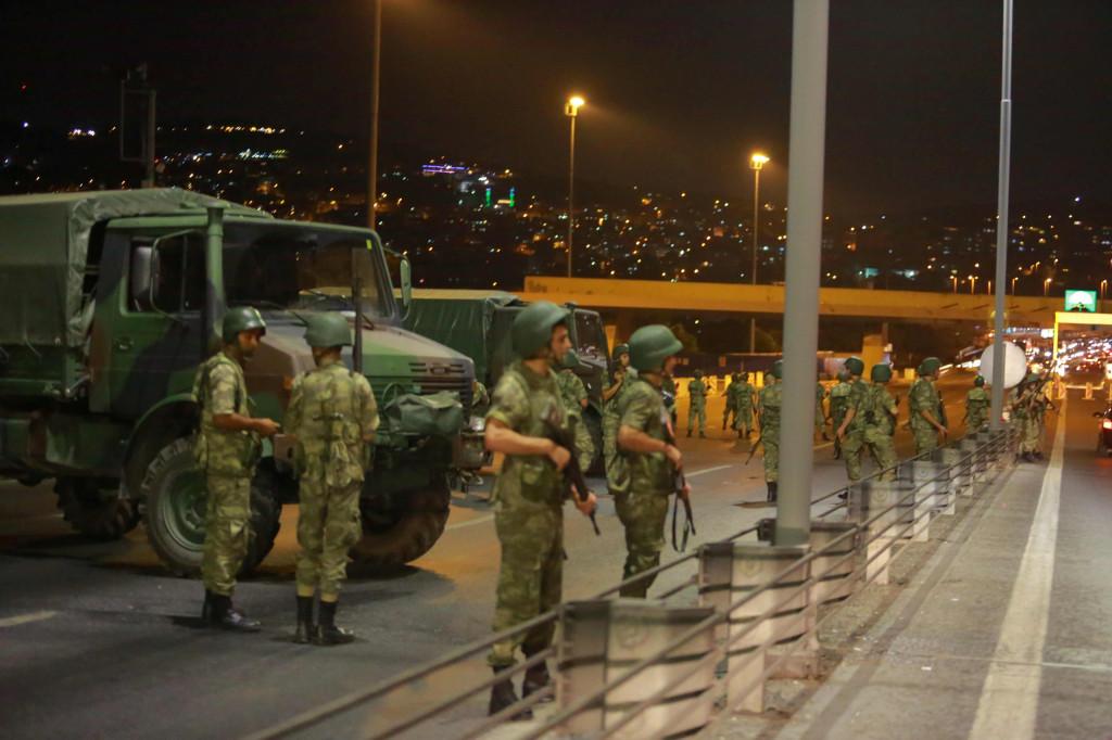 Militari turchi bloccano l'accesso al ponte del Bosforo