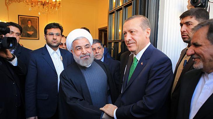 L'arrivo di Erdogan ieri a Teheran, accolto da Rouhani