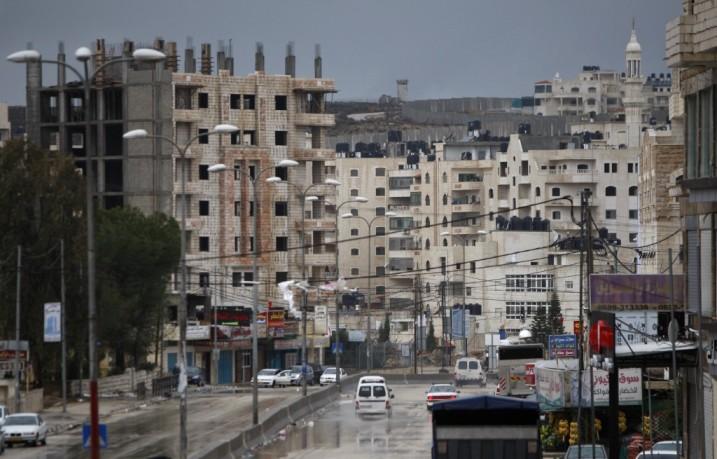 Il sobborgo palestinese di Kufr Akab, sullo sfondo il muro (Fonte: Hamodia)