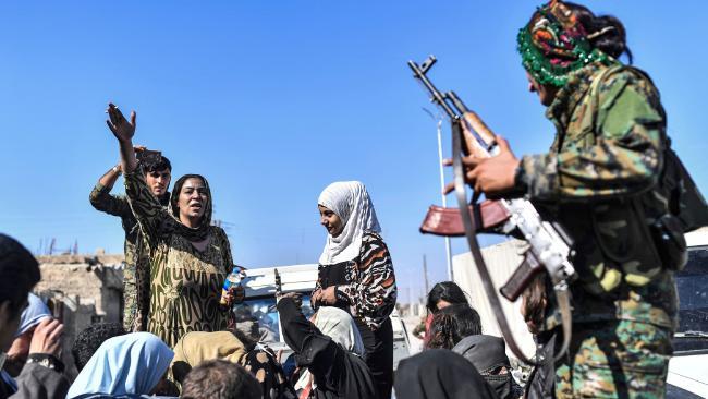 Civili liberati a Raqqa dalle Sdf (Fonte: theaustralian.com)