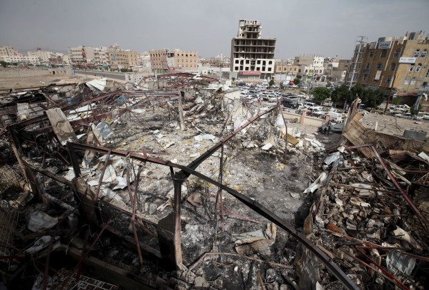 Effetti di un raid saudita a San'a. (Foto: Reuters)