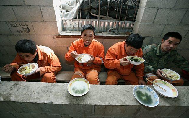 Lavoratori cinesi durante la pausa nei tunnel del monte Carmel (Foto: Moshe Shai/FLASH90)