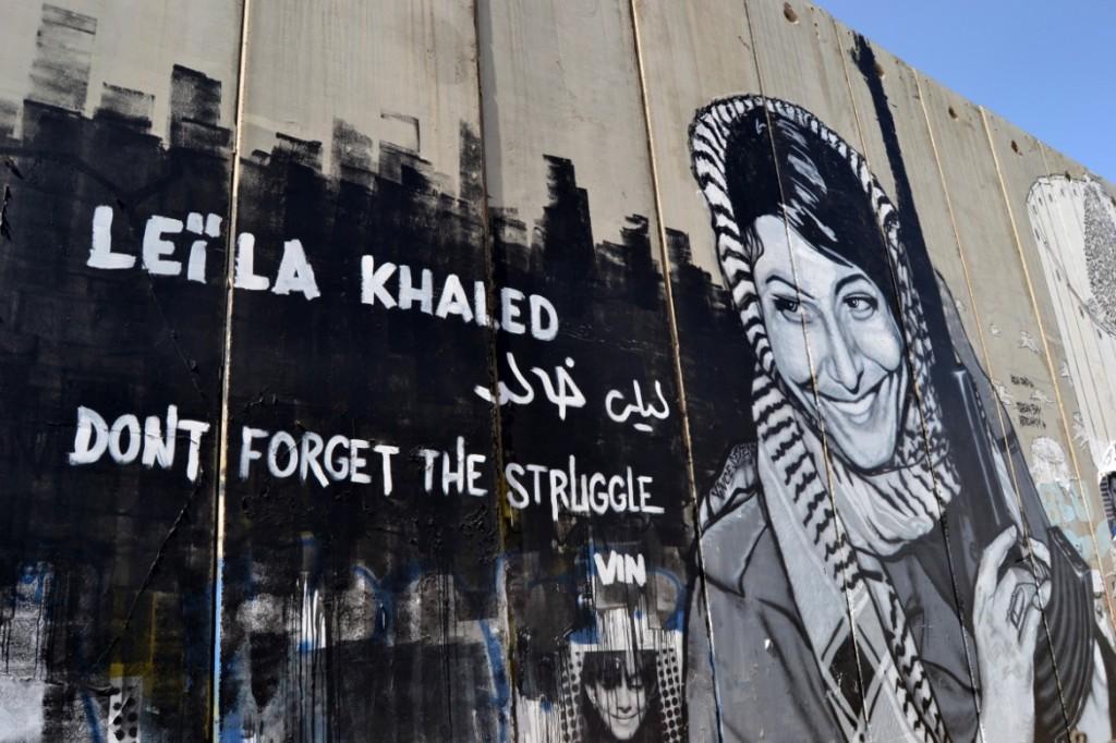 Un murale con l'immagine di Laila Khaled sul Muro israeliano che circonda Betlemme.