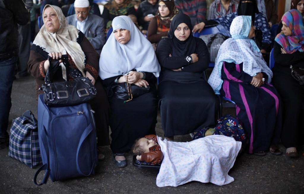 Donne palestinesi in attesa al valico di Rafah