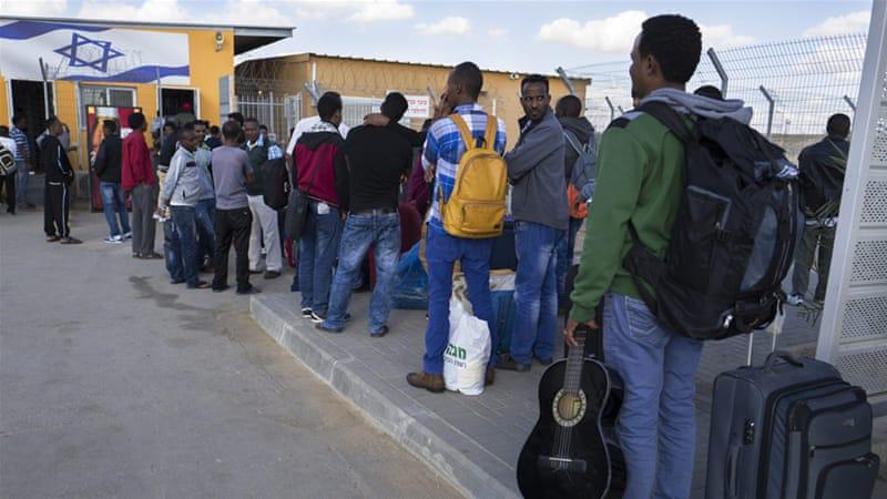 Richiedenti asilo africani nel centro di detenzione di Holot, nel deserto del Negev  [Foto: Jim Hollander/EPA]