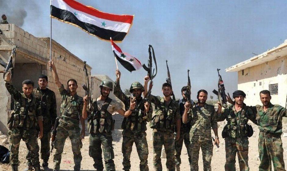 Soldati siriani festeggiano a Deir Ezzor