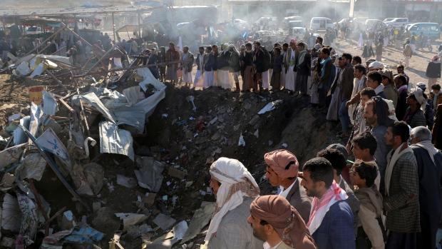Il raid di ieri su un hotel e un mercato nel distretto di Saada (Foto: Naif Rahma/Reuters)