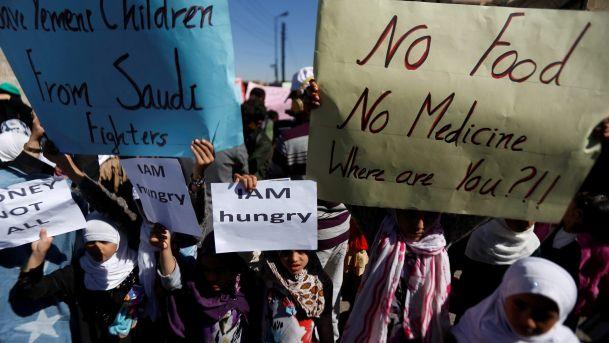 Bambini yemeniti protestano di fronte alla sede Onu di Sana'a, il 20 novembre (Foto: Khaled Abdullah/Reuters)