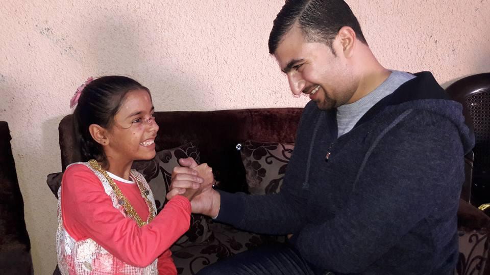 Aisha e Isshaq si sfidano al braccio di ferro (Foto: Gianna Pasini/Nena News)