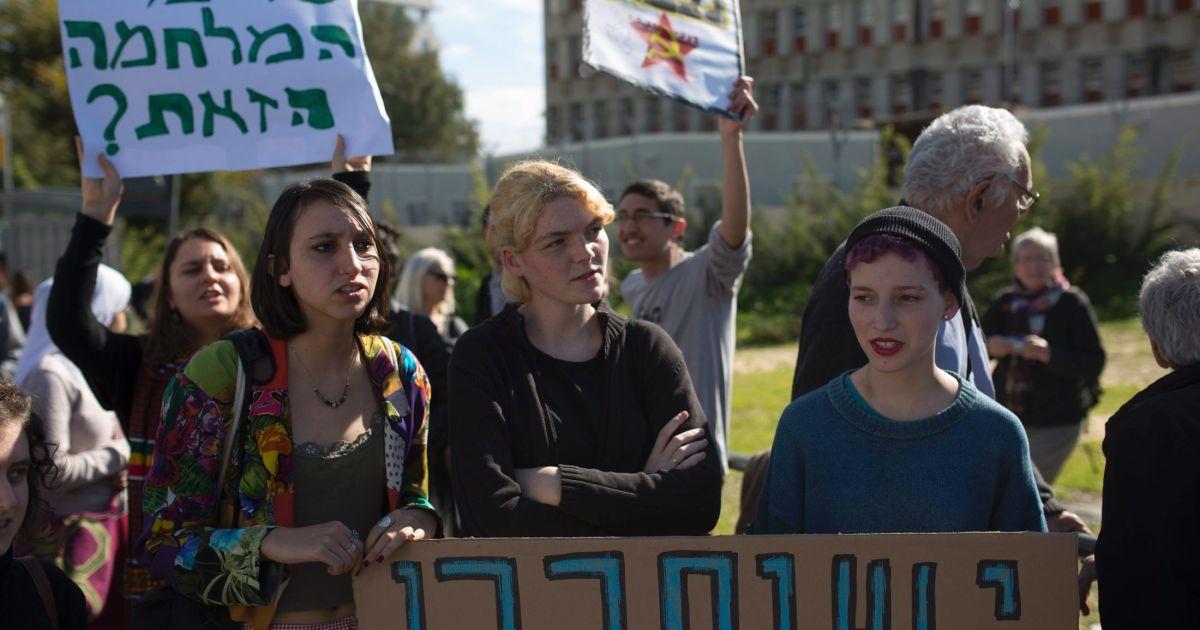 Manifestanti in sostegno della refusnik Tair Kaminer (Foto tratta da Haaretz)