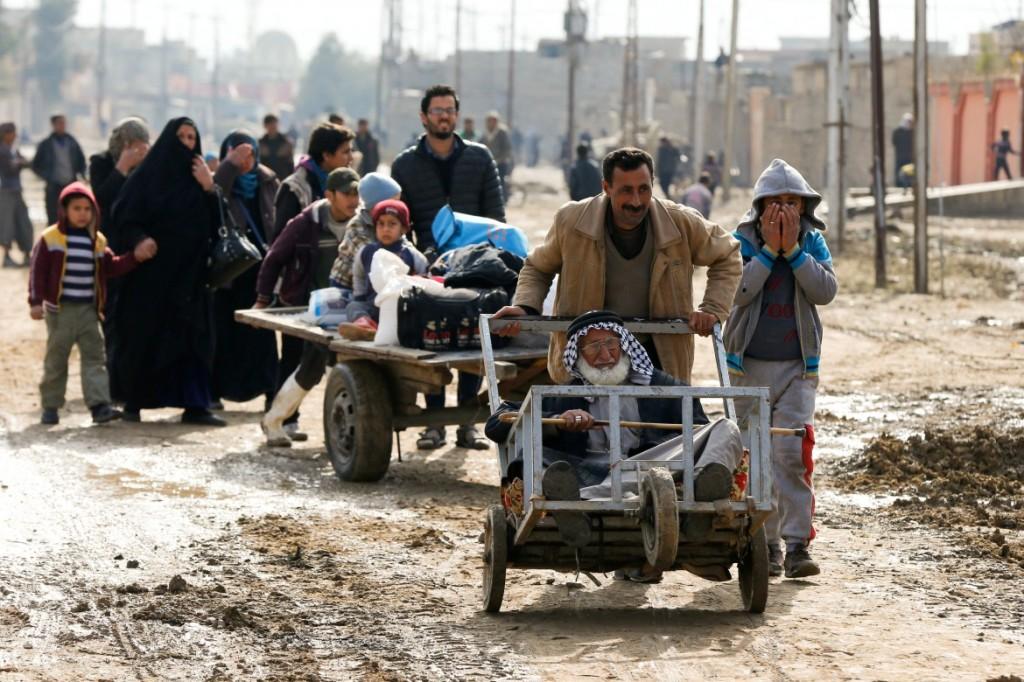 Civili in fuga da Mosul (foto Reuters)