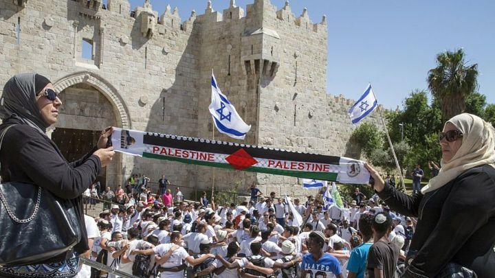 Palestinesi protestano durante una manifestazione israeliana alla porta di Damasco a Gerusalemme (Foto: Afp)