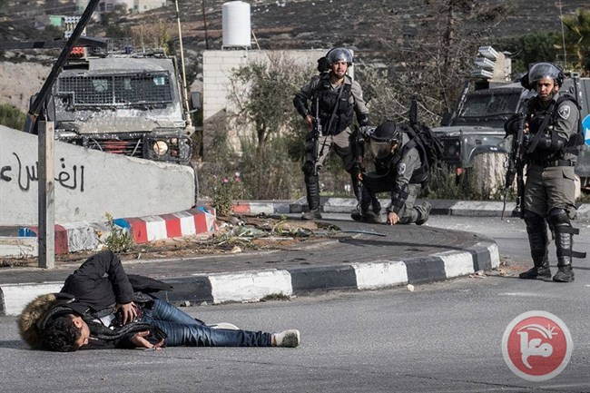 Il 18 enne Muhammad Amin Aqel al-Adam dopo essere stato colpito ieri dall'esercito israeliano a Ramallah (Foto: Ma'an News)