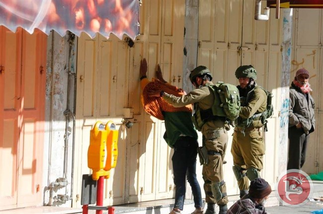 Un palestinese arrestato a Hebron (Foto: Maan News)