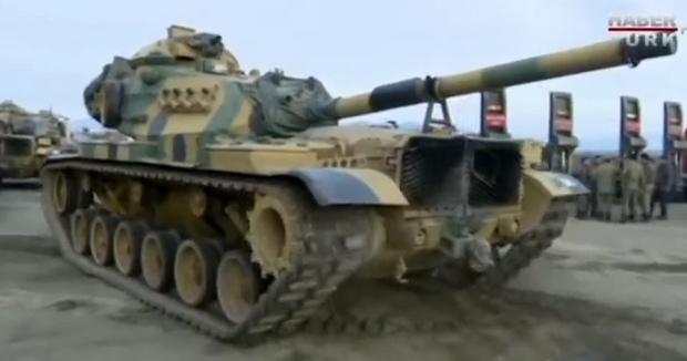 Carri armati turchi a confine con la Siria.