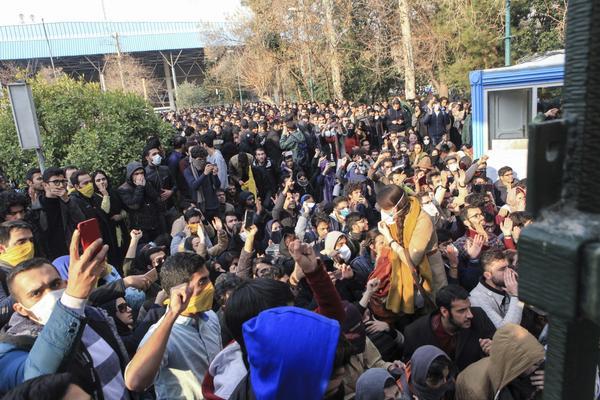 Studenti fuori dall'università di Teheran