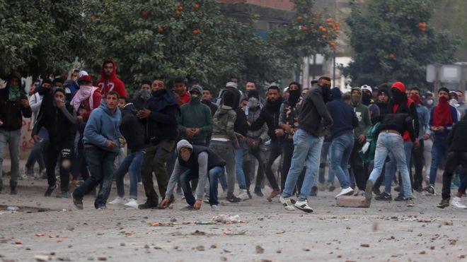 Lancio di pietre ad una manifestazione in Tunisia (Foto: Reuters)