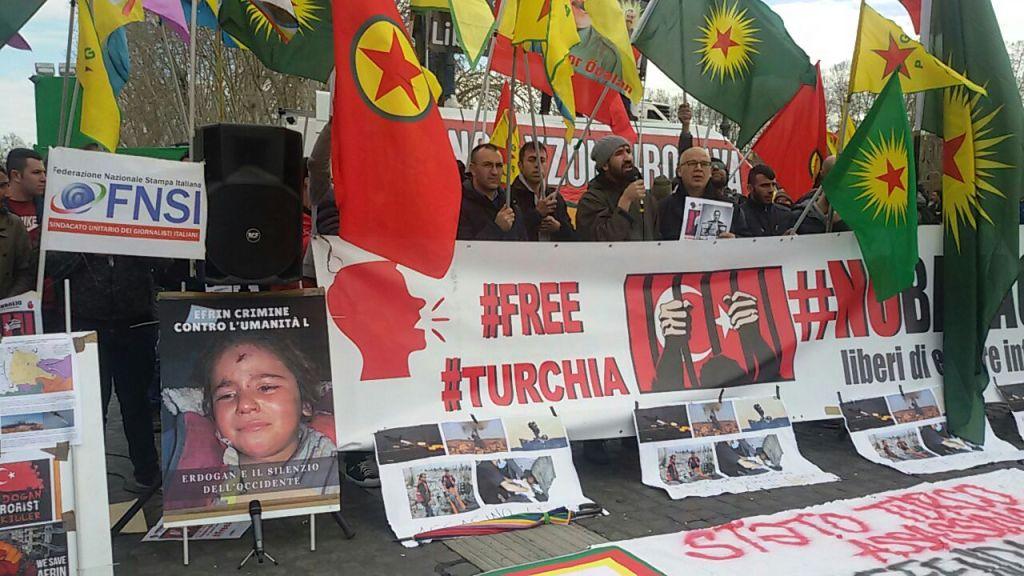 Manifestazione anti-Erdogan ieri a Roma (Foto: Chiara Cruciati)