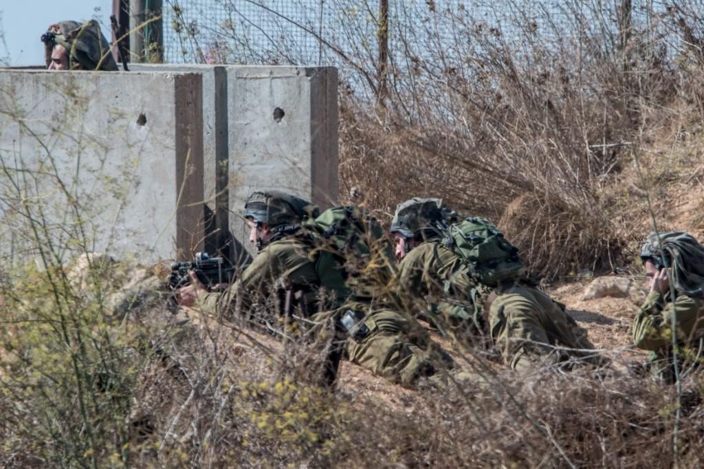 Soldati israeliani dispiegati a Metulla, al con il LIbano (foto Afp)