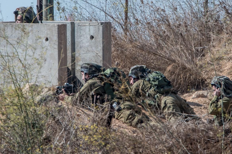 Soldati israeliani dispiegati a Metulla, al confine il Libano (foto Afp)