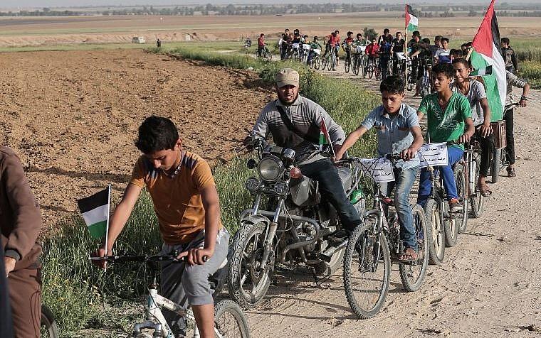 Ragazzi diretti verso la zona di confine (foto AFP)