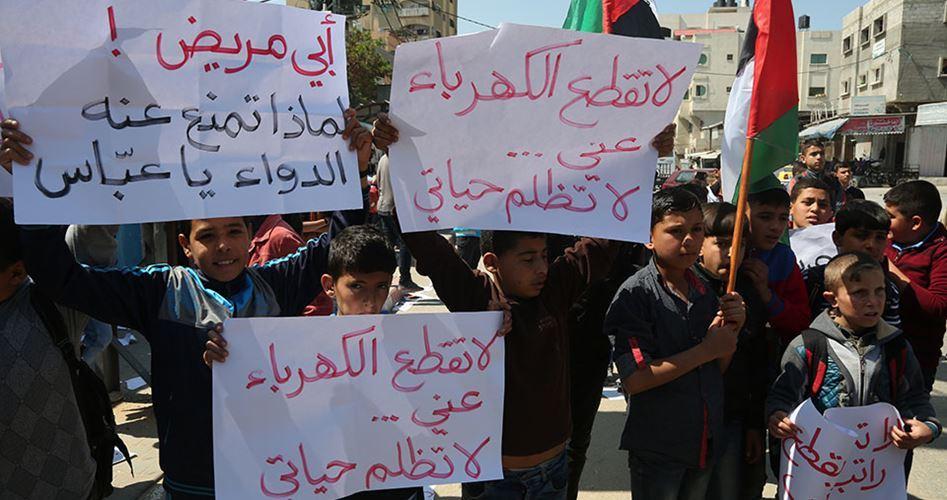 Manifestazione contro il taglio dei salari da parte del governo palestinese. (Foto tratta dal sito al-Hourriah)